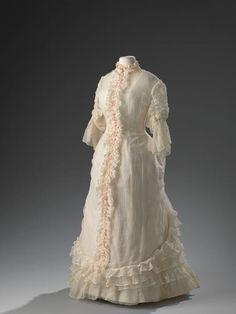 Zomerse japon uit 1870-1875; kort en luchtig was toentertijd nog niet de modetrend.