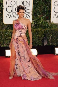 Halle Berry flashed lots of leg in pink Versace, Golden Globes 2013