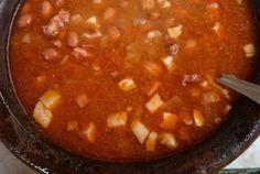 800 gr entrecosto 800 gr feijão manteiga 1 colher de sopa azeite 1 chouriço de sangue 100 gr toucinho 2 cenouras médias 2 cebolas +1 colher de azeite 2 dentes de alho 2 tomates 1 ramo salsa 1 folha de louro Pimenta e piri-piri q. b. 1 pitada de colorau Ponha o feijão manteiga de molho em água...