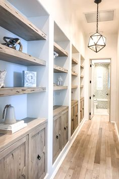 shelves in toilet room Style At Home, Les Mathes, Cottage Shabby Chic, Coastal Cottage, Cottage Style, Beach House Kitchens, Coastal Kitchens, Coastal Style Bathrooms, Coastal Kitchen Lighting