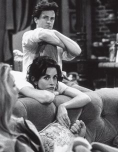Courtney Cox and Matthew Perry behind the scenes of friends who play Monica Geller and Chandler Bing Friends Tv Show, Serie Friends, Friends Cast, Friends Moments, Friends Forever, Chandler Friends, Joey Friends, Chandler Bing, Monica E Chandler