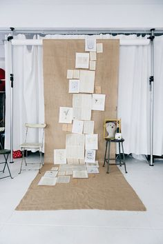The best DIY photo booth backdrop ideas for your wedding reception - Wedding Party Burlap Backdrop, Diy Photo Booth Backdrop, Diy Wedding Backdrop, Backdrop Ideas, Diy Photobooth, Burlap Background, White Backdrop, Home Studio Photography, Photography Studios
