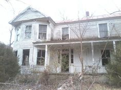"""Jenny Bray-Van Boskerck """"I found this house near Clifton Forge, VA back in the spring and fell in love. Creepy Old Houses, Old Abandoned Houses, Abandoned Castles, Abandoned Mansions, Abandoned Buildings, Abandoned Places, Folk Victorian, Victorian Farmhouse, Home Structure"""
