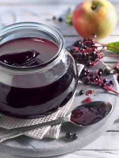 apple jelly - A dark red jelly made from elderberry juice and apple juice. -Elderberry and apple jelly - A dark red jelly made from elderberry juice and apple juice. - Apfel-Holunder Marmelade - LECKER&Co Apple Jelly, Red Jelly, Healthy Juice Recipes, Healthy Eating Tips, Chutneys, Elderberry Juice, Elderberry Recipes, Clean Eating Soup, Recipes
