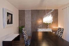 Die Wand wurde mit mit unserem natürlichen Marmorputz, der Vulkangestein und Metallglimmer beinhaltet, gestaltet. Zudem wurde eine florale Prägung mit einer weißen Kalkglasur eingearbeitet und veredelt. www.einwandfrei.com
