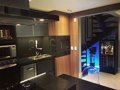 Projeto de cozinha integrada! Ótima para receber os amigos nesta sexta-feira! #trarquitetura #tgif #cozinha #instadecor #loft #poa #modern #kitchen #arquitetura #loveit #bar #friends