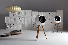 Bei Bossa Sound in Kalifornien wird ausschließlich handgefertigt. Die neusten Lautsprecher von Bossa Sound - die Moonraker Wireless Speakers - sind eine Hommage an die schönen, etwas älteren Designs. Die Lautsprecherschränke und die Beine werden lokal hergestellt und die gebogene Polymerhülle wurde so konstruiert, dass Resonanzen minimiert werden und somit das beste Hörerlebnis ermöglicht wird. Die Moonraker Wireless Lautsprecher verfügen über zwei separate, bi-verstärkte Lautsprecher und…