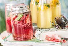 Holunder-Limonade mit Erdbeeren und Himbeeren