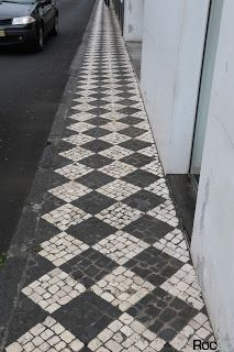 Island of São Miguel: Beautiful paving with symmetrical designs. Made of volcanic stone. Paver Patterns, Floor Patterns, Driveway Design, Driveway Pavers, Outside Flooring, Garden Fencing, Fenced Garden, Floor Wallpaper, Mosaics