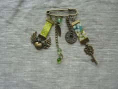 broche-épingle bronze et verte avec ruban liberty : Broche par l-atelier-des-p-tites-fantaisies