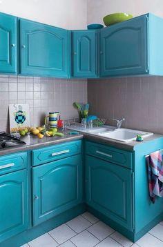 """Peinture à l'eau tous supports. Pour cette cuisine en chêne rustique, on a utilisé un bleu canard """"Colibri"""" sur les façades et un gris perle """"Ver à soie"""" sur la crédence. 10 coloris. """"GripActiv'"""" 39,90 euros les 750 ml, V33."""