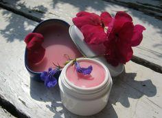 Maak zelf je eigen lippenbalsem met natuurlijke ingredienten en etherische olie.