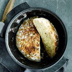 Gluteenittomasta pataleivästä tulee niin mehevä ja kuohkea, että sitä on vaikea erottaa tavallisesta. Helppo taikina tehdään illalla ja leipä vain paistetaan aamulla.