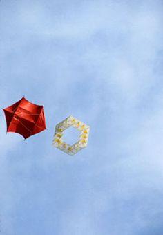 "Estructura volante serie cubos junto a una cometa roja de Tal Streeter volando sobre el campus del M.T, Cambridge, USA, en 1982 -- ""'the idea of a piece of string hanging down, a scrap of paper and sticks at one end and a hand at the other' "" Kites, Sticks, Scrap, Toys, Paper, Cubes, Objects, Colors, Dragons"