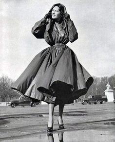 Модель в плаще от Balenciaga, 1950