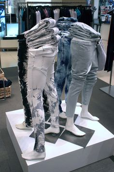 Tiendas de hombre Like the visual fit of the jeans displayed with the additional pairs stacked on th Boutique Interior, Clothing Store Interior, Clothing Store Displays, Clothing Store Design, Store Window Displays, Visual Display, Display Design, Mannequin Legs, Mannequin Display