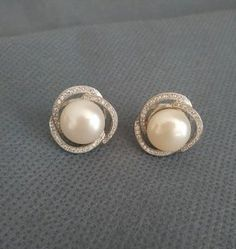 Bridal Vintage Silvertone Statement Chandelier Earrings with Pearls and Rhinestones made with Swarovski Elements - Top Drawer Jewelry Pearl Stud Earrings, Pearl Jewelry, Gold Jewelry, Diamond Earrings, Jewelry Accessories, Jewelry Design, How To Have Style, Beautiful Earrings, Fashion Jewelry