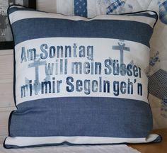 """http://meinequiltsundich.blogspot.com Maritimes quadratisches Kissen mit handgedrucktem Text """"Am Sonntag will mein Süsser mit mir Segeln geh´n"""" und Anker-Motiv, blau-weiss, http://meinequiltsundich.blogspot.com"""