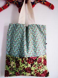 Bolsa Cuitelinho modelo sacola  tem 35 cm de largura por 40 cm de altura e possui dois bolsos frontais.  Ideal para quem gosta de bolsas estilosas e práticas.  Produto confeccionado de forma totalmente artesanal. R$ 52,90