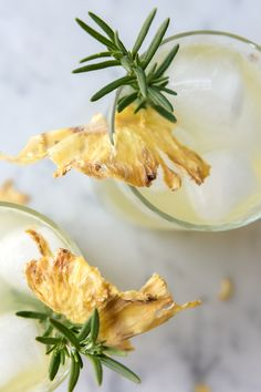 Cocktails And Canapes, Frozen Cocktails, Easy Cocktails, Summer Cocktails, Cocktail Recipes, Pineapple Flowers, Dried Pineapple, Pineapple Rum, Jalapeno Margarita