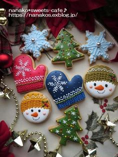 こんばんは!今年もクリスマスのアイシングクッキー出来上がりました。� Wedding Cookies, Christmas Cooking, Xmas, Christmas Ornaments, Cookie Decorating, Icing, Pumpkin, Sweets, Holiday Decor