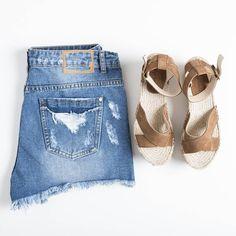 ¿Preparando el look de mitad de semana? ¡Complétalo con unas cuñas de piel! #algobonito #algobonitoonline #sandalias #cuñas #esparto #calzado #fashion #moda #summer