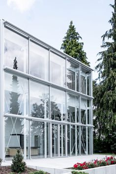 Aretz Dürr Architektur has added a rational, double-height extension to a pitched-roof house in the town of Biberach an der Riss, Germany. Glass Building, Old Building, Amsterdam Apartment, German Houses, Garden Levels, Steel Columns, Container Architecture, Side Garden, Ground Floor Plan