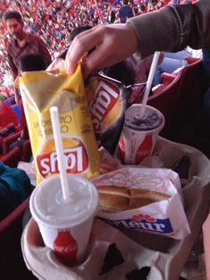 5$ Eintritt für den guten Zweck plus hot dog, Chips & Cola gratis - ich liebe die Kanadier!