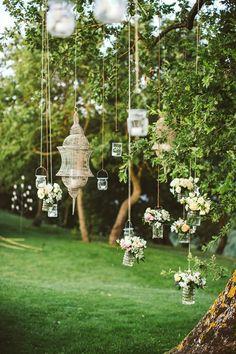 hochzeitsfeier romantische gartendeko mit hängenden einmachgläsern