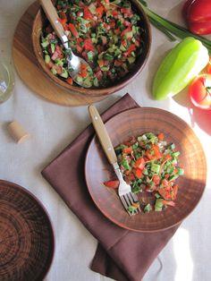 Такой освежающий, с лёгкой кислинкой, этот салат из свежих овощей с лимоном как нельзя кстати в жаркие денёчки. Хорош он и под шашлычок, и в качестве гарнира к мясным отбивным.