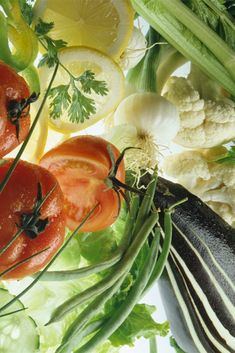 En algunas ocasiones, nos encontramos con algunos recortes, tallos, semillas y hojas de verduras que, en lugar de aprovecharlos, los tiramos a la basura. Te contamos cómo utilizarlos para que no los deseches y, de paso, ahorres en la cocina. Stuffed Peppers, Vegetables, Food, Eggs, Tasty, Cooking Recipes, Food Items, Food Cakes, Cut Outs