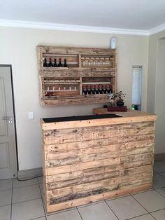 Pallet Bar and Wine Rack Pallet Decking, Pallet Beds, Pallet Art, Lawn Furniture, Cheap Furniture, Furniture Plans, Wooden Diy, Wooden Pallet Bar, Wooden Pallet Furniture