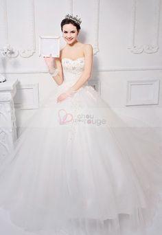 Robe de mariée blanche style princesse décolletée en cœur jupe bouffante ornée de broderies , robe