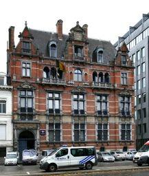 Ligging: Antwerpen, Quinten Matsijslei.  Architect: Jan Stordiau.  Gebouwd tussen 1879-84 als hotel.  In 1950 aangekocht door de F.O.B. kliniek. Sinds 1979 eigendom van de stad Antwerpen en gebruikt als politiekantoor. Vanuit mijn living kijk ik (onder andere) uit op dit gebouw én ik was gedurende enkele jaren postbode op dit stuk van de Quinten Matsijslei en kwam destijds dagelijks in dit gebouw.