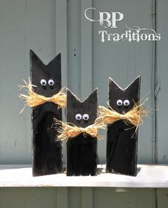 Halloween black cats constructed from reclaimed fence wooden. See this and diff. Halloween black c Fall Wood Crafts, Halloween Wood Crafts, Soirée Halloween, Halloween Signs, Diy Halloween Decorations, Wooden Crafts, Holidays Halloween, Holiday Crafts, Halloween Black Cat