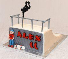 Gâteau en forme de rampe de skateboard, vanille et chocolat avec crème au beurre meringue suisse à la vanille. Recouvert de fondant. Personnages et skateboard en pastillage