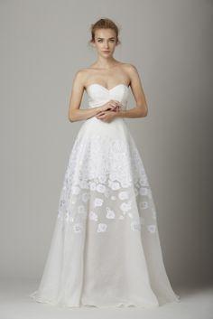 Delicadeza e elegância na Bridal Fashion Week. #LelaRose #Fall2016 #wedding #dress NYC