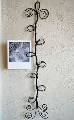 Items similar to Curly wire frame photo-postcard-card holder on Etsy Wire Crafts, Jewelry Crafts, Fun Crafts, Diy And Crafts, Arts And Crafts, Wire Hanger Crafts, Picture Holders, Wire Hangers, Home And Deco