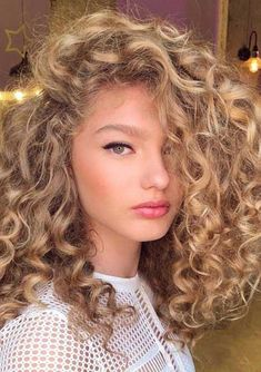Do you like your wavy hair and do not change it for anything? But it's not always easy to put your curls in value … Need some hairstyle ideas to magnify your wavy hair? Curly Hair Styles, Long Curly Hair, Medium Hair Styles, Perms For Medium Hair, Blonde Curly Hair Natural, Natural Perm, Permanent Curls, Blond Rose, Long Curls