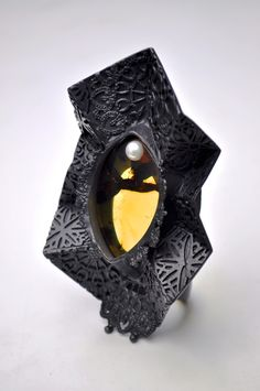 """""""Anillo resplandor""""  Oxidized silver, amber, cultured pearl. -Alberto Dávila- México."""