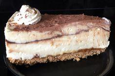 Taartpunt #lemoncurd #cheesecake met #karamel en #chocolade. Snacks, Desserts, Food, Tailgate Desserts, Appetizers, Deserts, Eten, Postres, Dessert