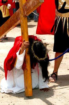 El #ViaCrucis es una de las representaciones más celebradas por fervientes católicos en México. #SemanaSanta es ese momento en el que la reflexión ocupa todos los rincones, y para muchos una semana de descanso y vacaciones. Busca tu lugar en México y vive Semana Santa como se debe