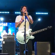 """Watch Dave Grohl and Taylor Hawkins, as Chevy Metal, cover Queen's """"Under Pressure"""""""