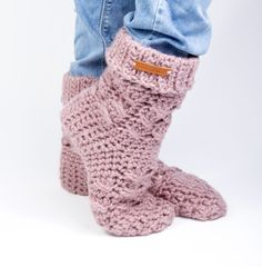 Crochet Slipper Boots, Slipper Socks, Crochet Slippers, Crochet Woman, Diy Crochet, Cosy Outfit, Clothes Hooks, Make Your Own Clothes, Wrist Warmers