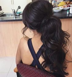 Lots of volume in this low curly ponytail! I love it! ✿̶̥̥ Like this pin? Follow me for more @rosajoevannoy!