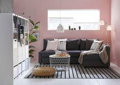 FRIHETEN hoekslaapbank | IKEA IKEAnl IKEAnederland slaapbank bank zitbank slapen kamer slaapkamer KALLAX open kast grijs roze vloerkleed inspiratie wooninspiratie interieur