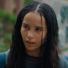 All styles of box braids to sublimate her hair afro On long box braids, everything is allowed! For fans of all kinds of buns, Afro braids in XXL bun bun work as well as the low glamorous bun Zoe Kravitz. Try On Hairstyles, Box Braids Hairstyles, Black Women Hairstyles, Hair Inspo, Hair Inspiration, Zoe Kravitz Braids, Zoe Kravitz Style, Lenny Kravitz, Zoe Isabella Kravitz