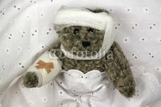 Verletzter Teddy im Bett