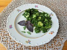 Салат с лебедой, зеленым луком, имбирем и свежими огурцами
