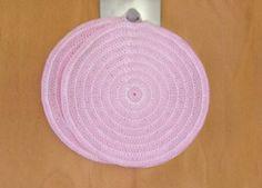 Nem hækleopskrift på runde hæklet grydelapper, der måler omkring 18 cm i diameter.